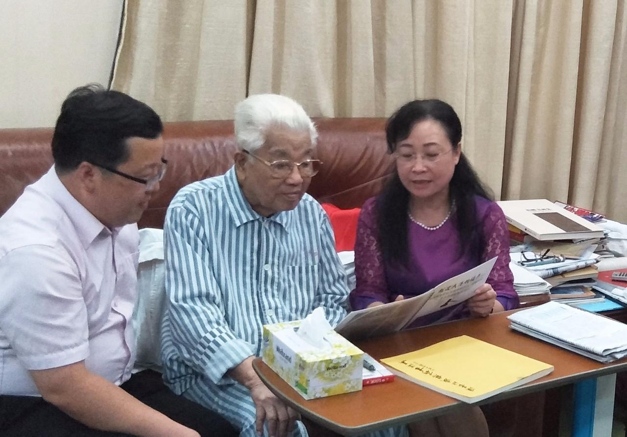 常务副会长兼秘书长黄松典,副会长黄广源前往探望吴南生老书记.